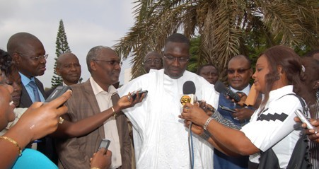 ministre Ibrahima sall accordant interview à la presse